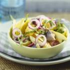 Salade de hareng fumé, pommes de terre, pomme granny et oignons rouges