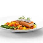 Pavé de saumon, asperges vertes et petits légumes